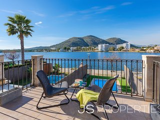 Stylish townhouse el Llac with pool, amazing water views & close to the beaches!