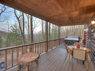 Serenity says it all!!!  3 bedroom, wood fireplace, Hot Tub, Outdoor Firepit!