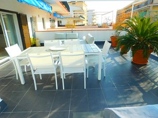 Flat near the beach with splendid terrace, parking and sea views, Roses