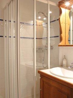 Cabinet de douche dans suite parentale avec sèche serviettesSalle de bain avec baignoire et sèche se