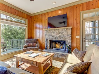 Splendid home w/ shared pool, tennis courts, fitness room, & private hot tub!