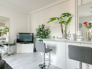 Large and modern 2 room apartment, close to the train station