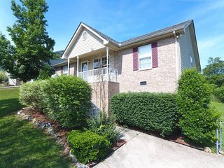 20 minutes to Downtown Nashville w/ Fenced in Yard