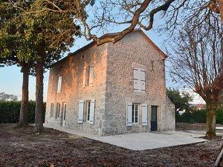 Gite des Magnolias : belle maison en pierre avec cheminee et piscine