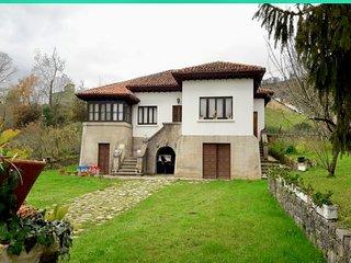 Preciosa casa de pueblo con jardin, situada en San Román.