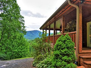Incomunicado-Nice 4 BR Cabin w/HOT TUB, Pool Table, Wi-Fi, Fire Pit, Pets OK!