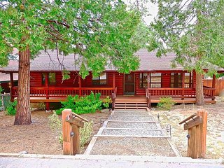 NEW!!The Lodge: Family/pet friendly, fenced yard, walk to town, nearby creek.