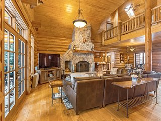 Luxury riverside cabin w/private hot tub, smoker, firepit & pool table