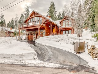 Gorgeous dog-friendly home w/ private hot tub, shared pool & mountain views!