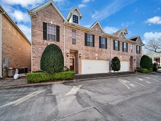 Three-level townhome w/gas fireplace, enclosed backyard-close to Galleria Mall!