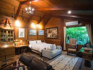 Cattani's Riverside Home : Cowboy Villa Garden View