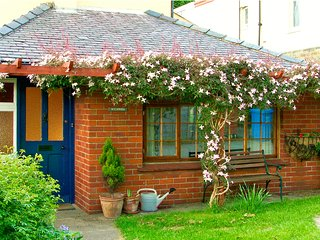 WYCHWOOD, pet friendly, character holiday cottage, with a garden in Grosmont