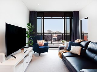Luxe Apartment Five Minutes From Airport and City