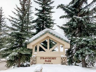 New Listing! 2Bedrm Ski-in/Ski-out Strawberry Park Condo, Steps to BC Village sh