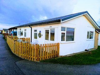 Pet friendly chalet, beach location, on site family bar, shop, fish shop, cafe