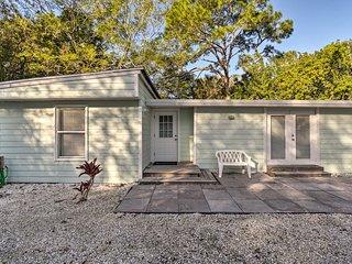 Charming Cottage ~ 5 Miles to Siesta Key Beach!