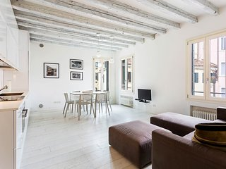 Light-filled apartment near the Rialto Bridge & Marco Polo's home!