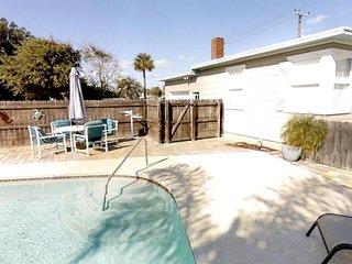 3 bedroom bungalow with private pool just one mile from Historic downtown