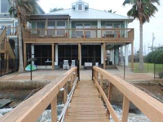 Kemah Dozen Palms Bay Retreat - waterfront w/pier, steps from Kemah Boardwalk