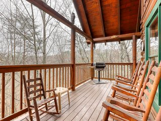 Beautiful log cabin with private hot tub and community pool access