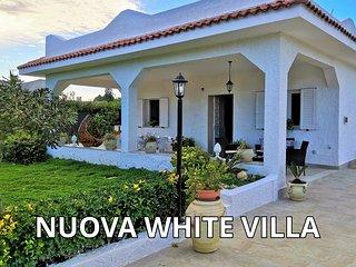 NUOVA WHITE VILLA con vasca idromassaggio jacuzzi riscaldata (sole mare e relax)
