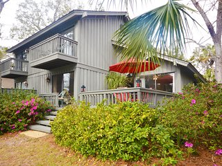 Palmetto Beach paradise w/ a full kitchen, deck, & shared pool