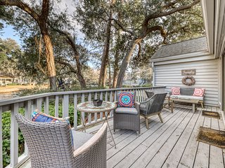 Town home w/ expansive deck, plentiful natural light & shared tennis courts!