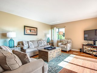 Stylish & colorful family-friendly condo w/ golf course view & shared pool