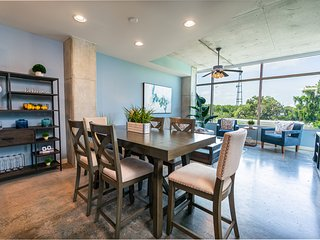 Luxurious & Spacious Downtown 2 bed/ 2 bath with full kitchen