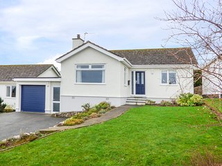ORME VIEW, lovely views, enclosed garden, pet-friendly, Ref 946526
