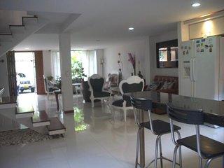 Lujosa casa, excelente ubicacion, sector seguro, fresco, facil transporte.