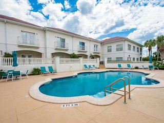 Cheerful Condo steps to Pool, Beach and Tennis, Bikes, 10 minutes to downtown, S
