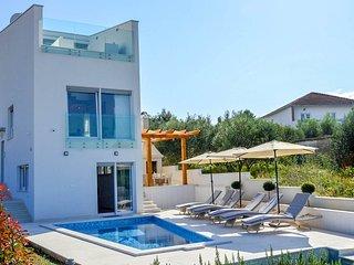 Okrug Gornji Villa Sleeps 8 with Pool and Air Con