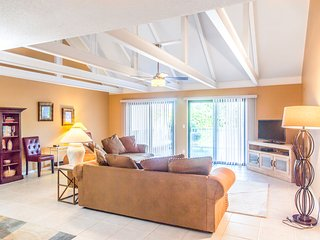 Bright condo w/ access to 5 shared pools, near the beach, shops and dining!