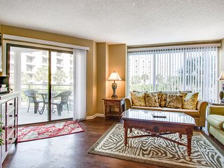 Inviting condo w/ central location & shared pool - close to golf & the beach!