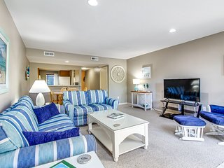 Dog-friendly condo w/ a furnished patio & golf course views - near the beaches!