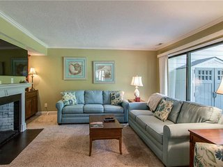 Inviting townhome w/ a shared pool - minutes from the beach!