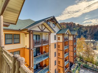 Cozy condo w/ balcony, jetted tub & shared pool/hot tub - walk downtown!