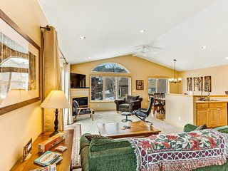Multi-level mountain home w/fireplace, balcony, washer/dryer. Close to trails!
