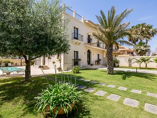 Avola Villa Sleeps 8 with Pool and Air Con