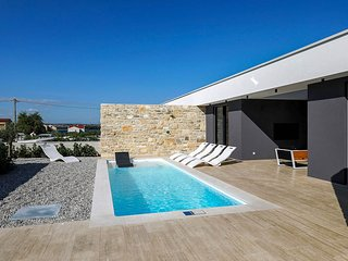 Ugrinici Villa Sleeps 6 with Pool and Air Con - 5825843