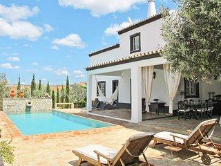 Campina Villa Sleeps 6 with Pool - 5823569
