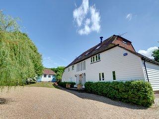 Sandhurst Villa Sleeps 16 with Pool - 5816161