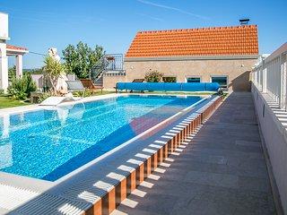 Kresevo Villa Sleeps 10 with Pool and Air Con - 5823556