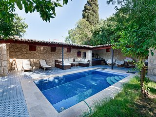 Kyrenia Villa Sleeps 7 with Pool and Air Con - 5821014