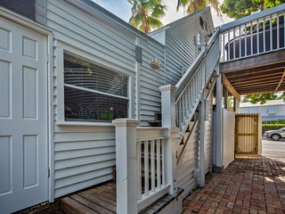 Dog-friendly studio w/ private deck & hot tub - 1 block to Duval St!