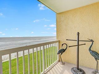 First-floor, oceanfront villa w/large covered balcony & shared pool