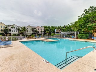 Dog friendly villa with marsh and tidal creek views - access to community pool