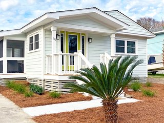 Coastal cottage w/gas grill! Just a short walk to the beach and restaurants!