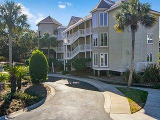 Spacious oceanview condo w/ screened porch, community pool - steps to beach!